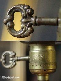 画像1: ヴィンテージ鍵スイッチ付き乳白ガラスのシェード付き真鍮テーブルランプ/アンティーク卓上カフェライト