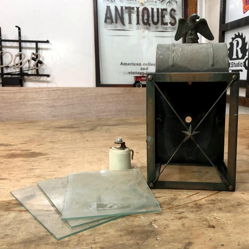 アンティークのランタン照明にステンドグラスをはめ込むリメイク製作作業