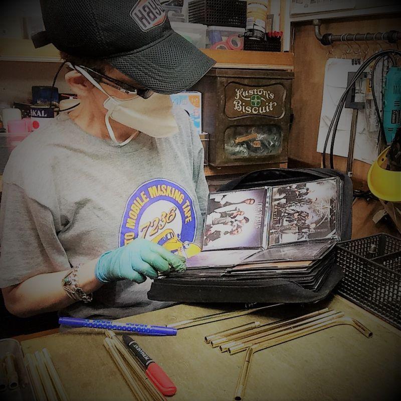 照明パーツの製作作業中にBGMを流すCDを選択中!